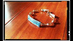 Bracelet tressé fait main.  Bijoux en perles et Jeans! Recycler et créer, voici ma recette pour réaliser ces bijoux. Plus d'info sur :  https://www.facebook.com/denimbijoux/
