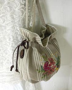 사진 설명이 없습니다. Diy Bags No Sew, Drawing Bag, Bags 2017, Handmade Bags, Fashion Bags, Hand Embroidery, Retro Fashion, Bucket Bag, Purses And Bags