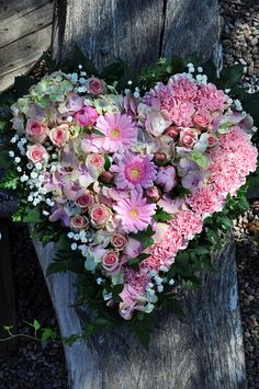 beautiful !!! Here, I think I would use artificial flowers so I could leave it on  the door for a longer period of time.