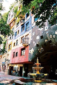 The Hundertwasser House in Vienna is one of Austria's architectural highlights. The house designed by Friedensreich Hundertwasser draws visitors from around the world. Sacher Wien, Beautiful World, Beautiful Places, Travel Hotel, Friedensreich Hundertwasser, Great Buildings And Structures, Modern Buildings, Green Architecture, Budapest
