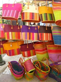 Blocks and stripes combinations Beach Basket, Weaving Yarn, Market Baskets, Fabric Strips, Weaving Patterns, Colour Schemes, Hobbies And Crafts, Handmade Bags, Storage Baskets