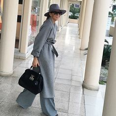 If you start your day with a smile, chances are u'll end it same way ☺️☺️☺ try it Ramona Filip, Giovanna Battaglia, Elegant Chic, Work Attire, Preppy, Winter Outfits, Autumn Fashion, Fashion Accessories, Black Jeans