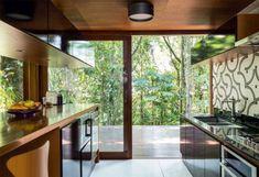 Próximo à Joinville, SC, esta casa foi construída para um aproveitamento total da vista da Mata Atlântica, que envolve o lote de 3238 m²