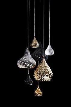 http://musetokyo.com/shopdetail/040005000268/039/Y/page5/recommend/ VISO/RUSKIIペンダントライト 陶器製のピラミッドスタッズをモチーフにした斬新なデザインのサスペンションライト。ハンドペイント製の陶器のシェードはエレガントかつパンキッシュな印象。カラーは全4色、サイズは2サイズ。