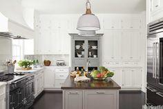 Fint kök med detaljer värda att spara - skåp upp till tak, ett fristående skåp i bruten färg och hönsnät i speglarn...