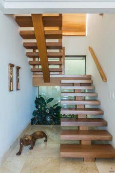 Respeitando o leiaute da casa, esta escada foi feita em madeira com patamares vazados, trazendo leveza ao ambiente. O projeto é do escritório Jannini & Sagarra Arquitetura para uma residência em Campinas (SP).