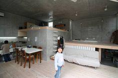 立体一室住居: STUDIO POHが手掛けたモダンリビングです。