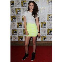 Kristen Stewart en jupe pastel et sneakers montantes