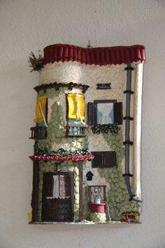 Teja decorada och                                                                                                                                                                                 Más Paper Mache Crafts, Polymer Clay Crafts, Diy Clay, Clay Fairy House, Diy And Crafts, Arts And Crafts, Tile Crafts, Clay Tiles, Clay Creations