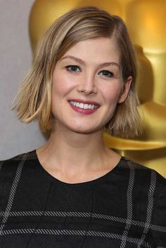 Rosamund Pike with a messy bob, liquid liner and raspberry lips on September Celebrity Short Haircuts, Celebrity Bobs, Short Bob Haircuts, Cool Haircuts, Blunt Bob Hairstyles, Short Hairstyles For Women, Hairstyles 2018, Latest Hairstyles, Blonde Hairstyles