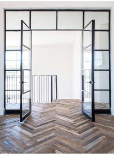 Stalen deuren zijn een prachtige eye-catcher in elk huis   Interieur design by nicole & fleur