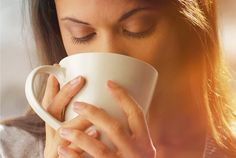 Você convive com a TPM e sempre quer aliviar os sintomas? Descubra como aliviar os sintomas pré-menstruais com chás e alimentos.
