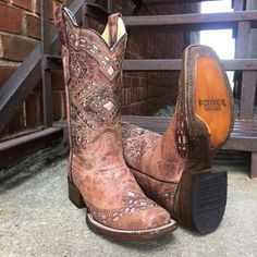 For years, Corral Boots have been the perfect fit for those looking for fine handcrafted boots. These Corral Glitter Inlay cowgirl boots are made from genuine leather. These beautiful women's western – 2019 - FASHION Cowgirl Boots, Western Boots, Country Boots, Cowboy Boots Women, Cowgirl Style, Western Wear, Looks Country, Over Boots, Wedding Boots