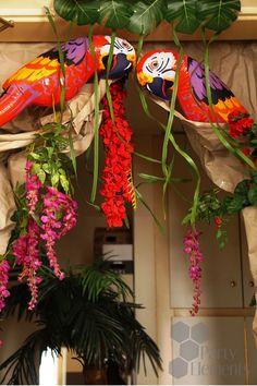 Blumen, Lianen, eine Palme und Papageien verzaubern jedes Zimmer in ein tropisches Paradies. Tropical, Wreaths, Halloween, Home Decor, Tropical Paradise, Parrots, Decoration Home, Door Wreaths, Room Decor