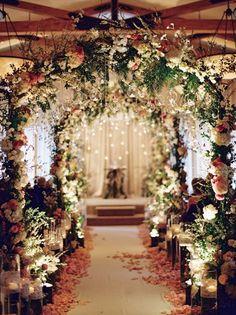 Cổng hoa và nến dẫn lối vào sân khấu chính khiến con đường đẹp như cổ tích.