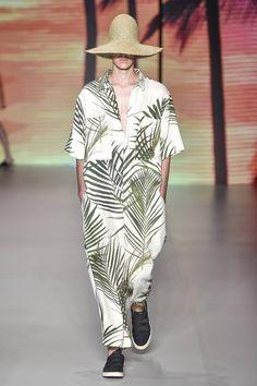 Elementos tropicales plasmados en prendas oversize conforman la colección Spring-Summer 2017 de Okslen