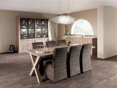 Deze landelijke eetkamer bestaat uit een dressoir met 4 deuren en 2 laden van 247 cm breed, een vitrinekast met 4 glazen en 4 volle deuren van 222 cm breed en een tafel van 230 cm lang. Deze meubelen en varianten zijn ook los te verkrijgen.