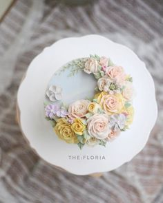 "125 Likes, 5 Comments - THE: FLORIA_flower cake class (@the_floria) on Instagram: ""봄이 온 첫번째 케이크 bean cream flower cake basic course first work . #플라워케이크#플라워케익#버터크림플라워케이크…"""