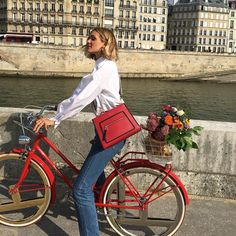 French girl style tips for your wardrobe – this is the ulitmate guide to getting that effortless chic look French girls do so well. Aesthetic Women, Red Aesthetic, Aesthetic Photo, Aesthetic Fashion, Travel Aesthetic, French Girl Style, French Girls, French Chic, My Style