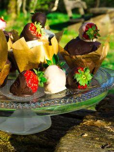 Fluffige Schokoladenmuffins mit Schokoladenerdbeeren - Picknick Rezepte Köstliche Desserts, International Recipes, Diy Food, Good Food, Strawberry, Fruit, Foodblogger, Kakao, Easy Peasy