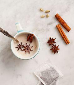Uma opção deliciosa e que casa muito bem com esta época do ano é o chai latte, uma bebida típica indiana feita, originalmente, a partir de chá preto, leite e especiarias. Nesta receita, o leite vegetal substitui o leite de vaca.