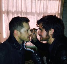 No no no my heart cannot cope with Hook giving David guyliner tutorials and his little hook holding his chin steady gahhh