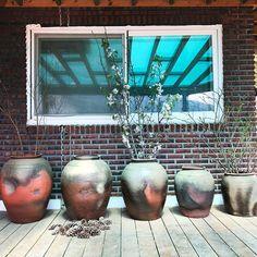 제주 옹기 5형제. Jeju Onggi 5 brothers. #옹기 #제주 #제주옹기 #항아리 #소품 #인테리어 #빈티지 #빈티지인테리어 #디자인 #라이프스타일 Korean Pottery, Planter Pots, Photo And Video, Instagram