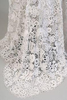 """""""Básicamente el tejido irlandés consiste en crear formas libres o determinadas y luego unirlas en punto cadena para darle forma a la prenda."""""""