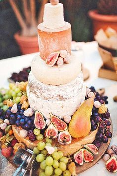 How to Choose A Cheese Wedding Cake - Guide from Poptop Events Planning Platform Wedding Cake Guide, Diy Wedding Cake, Wedding Cakes With Flowers, Dessert Wedding, Wedding Candy, Antipasto, Wheel Cake, Naked Cakes, Cheese Tasting