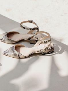 Los zapatos de mujer más elegantes en Massimo Dutti. Descubra en la colección SS 17 sandalias, , oxford, bambas o zapatos de tacón.