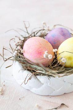 Osternest basteln aus Salzteig - eine schöne Dekoidee zu Ostern, die auch mit Kindern ganz leicht gelingt - Ostern basteln mit Kindern #ostern #osterdeko #osternest