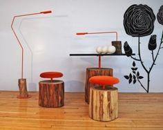 """Ecco allora la collezione """"Urban LOgs Collection"""" realizzata dal designer israeliano Ilan Dei e realizzata usando esclusivamente tronchi d'albero provenienti da zone urbane e destinati al macero, che vengono invece riutilizzati per dar vita a tavolini, sedie, sgabelli e lampade.  Nella collezione ci sono anche diversi sgabelli dalla struttura molto semplice: la base del tronco d'albero con sopra un tubo d'acciaio e la seduta con la sua imbottitura."""