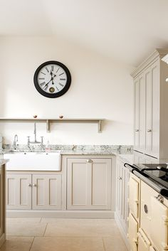 There is so much choice when choosing a new kitchen floor that you can find the perfect flooring for your style of home Kitchen Worktop, Kitchen Cabinetry, Kitchen Tiles, Kitchen Flooring, Kitchen And Bath, New Kitchen, Kitchen Reno, Devol Kitchens, Home Kitchens