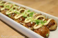 Takoyaki - Bolitas de Pulpo - Ingredientes: 200g de pulpo hervido (troceado) Aceite de oliva 450ml de agua 6g de caldo dashi en polvo 200g de harina 2 huevos Jengibre encurtido gari (picado) Cebolleta (picada) Salsa takoyaki o tonkatsu katsuobushi (escamas de bonito seco) Mayonesa japonesa Material: plancha especial para takoyaki o de cakepops - Elaboración: 1. Agrega el agua y el caldo dashi en un cuenco, mezcla bien. 2. Agrega el caldo a la harina y los huevos en un tazón o fuente y méz...