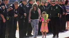 Her daddy couldn't be here for kindergarten graduation because he was killed  3 days ago in the line of duty.  So her Phoenix Police family showed up and lined the walkway, cheering on Tatum Raetz, who managed to smile ... even for a little bit.