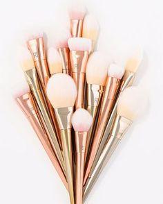 4 dicas para uma limpeza eficiente e segura dos seus pincéis de maquiagem. Confira a única forma de eliminar 100% das bactérias dos pincéis.