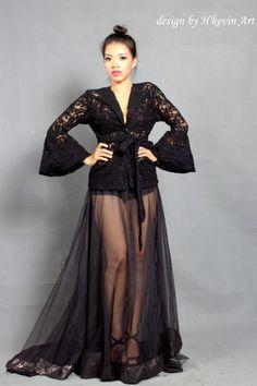 Áo khoát sang trọng và quyến rũ,thiết kế tay áo dạng chuông giúp tăng vẻ quí phái sang trọng. Váy đuôi dài mang phong cách See-through trong suốt phần dưới cơ thể khoe đôi chân thon dài.