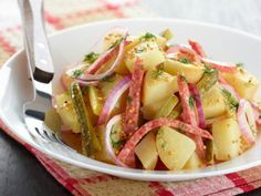 The Ultimate Collection of German Style Potato Salad Recipes German Fried Potatoes, Enjoy Your Meal, Paleo Vegetables, German Sausage, Classic Potato Salad, Bulgarian Recipes, Bulgarian Food, Cooking Bacon, Savoury Dishes