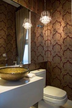 """Neste lavabo, a sugestão do papel de parede foi dada pela arquiteta responsável pelo projeto, Simone Brandt, mas a escolha da estampa foi feita pela cliente. """"A cliente gosta do estilo clássico e chique"""", explica a arquiteta. O ambiente faz parte de uma casa em Novo Hamburgo (RS)."""