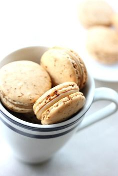 baking = love: Caramel Latte Macarons: coffee macs with salted caramel filling. Be still my heart. Baking Recipes, Cookie Recipes, Dessert Recipes, Frosting Recipes, Just Desserts, Delicious Desserts, Yummy Food, French Macaroons, Coffee Macaroons