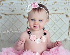 Rosa blanca doble hermosa PETITE Satén Tul Puff flor diadema delgada Nylon blanco Band - Fits recién nacidos bebés niños niñas
