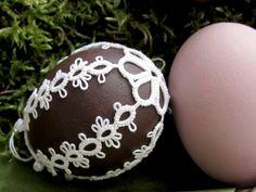 Frywolitka Agi - Pisanka z parek odwrotnych Easter Crochet, Knit Crochet, Egg Shell Art, Needle Tatting Patterns, Crochet Christmas Trees, Tatting Lace, Egg Decorating, Etsy Handmade, Easter Eggs