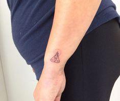 65 fotos de tatuagem de Nossa Senhora que vão te inspirar Cool Wrist Tattoos, Sleeve Tattoos, Catholic Tattoos, Tattoo Shows, Tatoos, Tatting, Piercings, Ink, Nails
