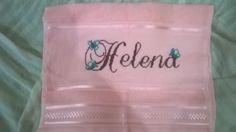 Toalha de boca com o nome Helena bordado com detalhes de borboletas.