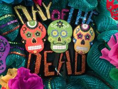 This colorful Day of the Dead wreath celebrates this traditional holiday. #dayofthedead #diadelosmuertos#calaveras