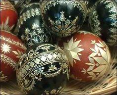 kraslice zdobené slámou - Hledat Googlem Eastern Eggs, Straw Decorations, Egg Shell Art, Egg Art, Egg Decorating, Egg Shells, Christmas Bulbs, Holiday Decor, Egg