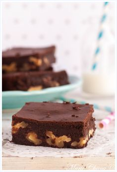 Brownies pralinés ultra-légers ( Sans Gluten, Sans Lait, IG Bas ) Ingrédients pour environ 12 parts de brownies Préparation : 10 minutes Cuisson : 35 à 40 minutes  —  – 200g de chocolat noir à 70 ou 85% – 1 briquette de 20cl de crème de soja – 12cl de sirop d'agave (mesuré à l'aide d'un biberon, c'est encore plus précis…) – 70g de purée de noisette bien souple (pas un vieux fond de pot tout sec) – 3 œufs – 80g de cerneaux de noix fraîchement mondés (pour être bonnes, les noix doivent avoir é... Healthy Cake, Vegan Cake, Healthy Desserts, Raw Desserts, Chocolate Desserts, Dessert Recipes, Dessert Ig Bas, Dairy Free Brownies, Patisserie Sans Gluten