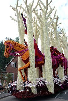 Bloemencorso Zundert: Horse and trees