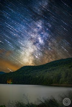 Milky Way Trails over Switzer Lake, VA. The Lake sits right on the border of some of the darkest skies on the East Coast, and serves as a reservoir to distant cities. [OC][1990x2972] : EarthPorn
