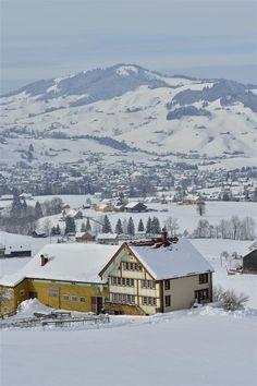 Appenzeller Bauernhaus im Winter Winterthur, Zermatt, Beautiful Winter Scenes, The Mont, Hotels, Countries Of The World, Great View, Alps, Rocky Mountains